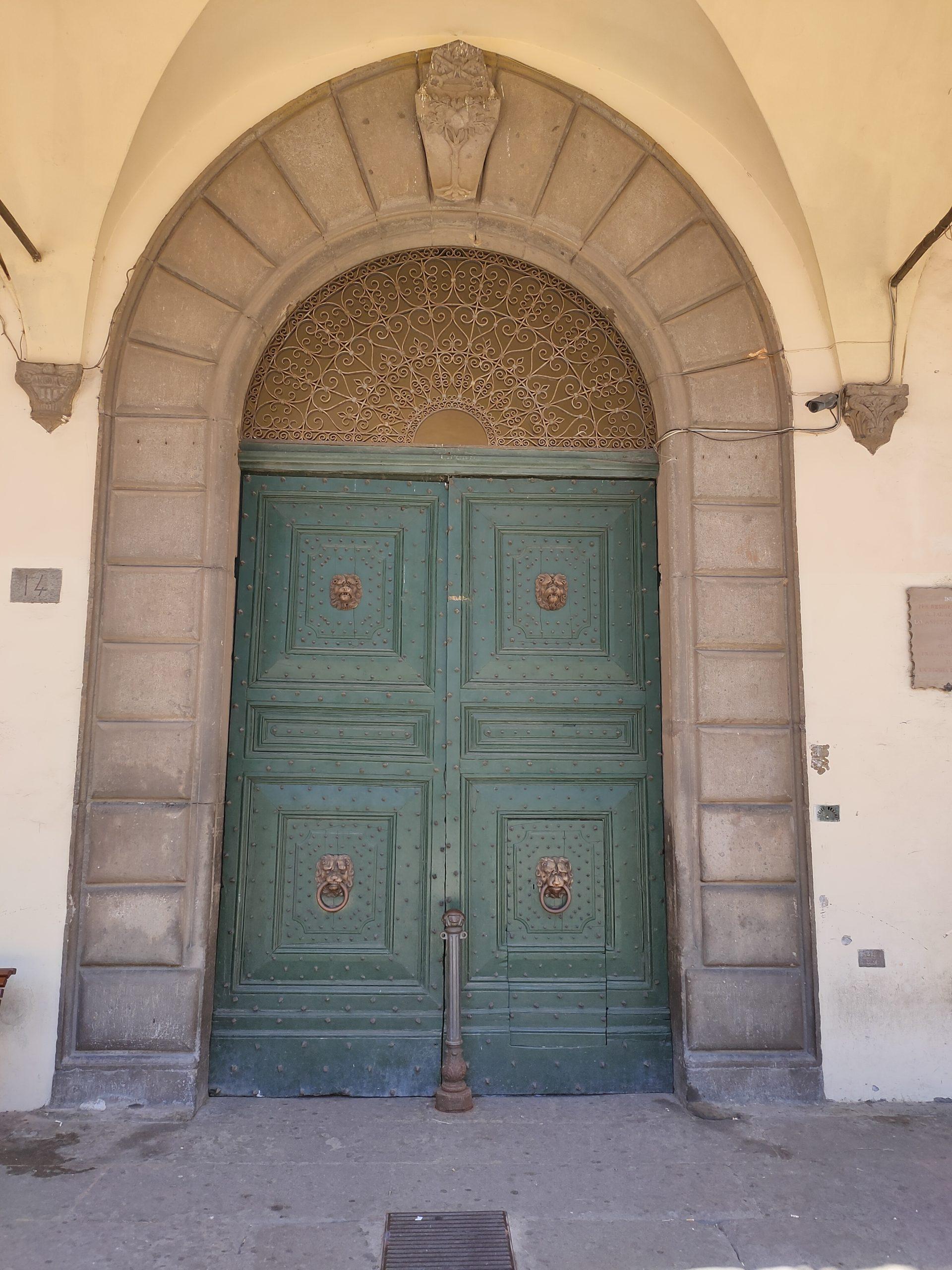 """Viterbo, """"il giallo della domenica"""", chiuso il portone dei giardini di Palazzo dei Priori,  città sempre più """"opaca"""" e """"male amministrata"""""""