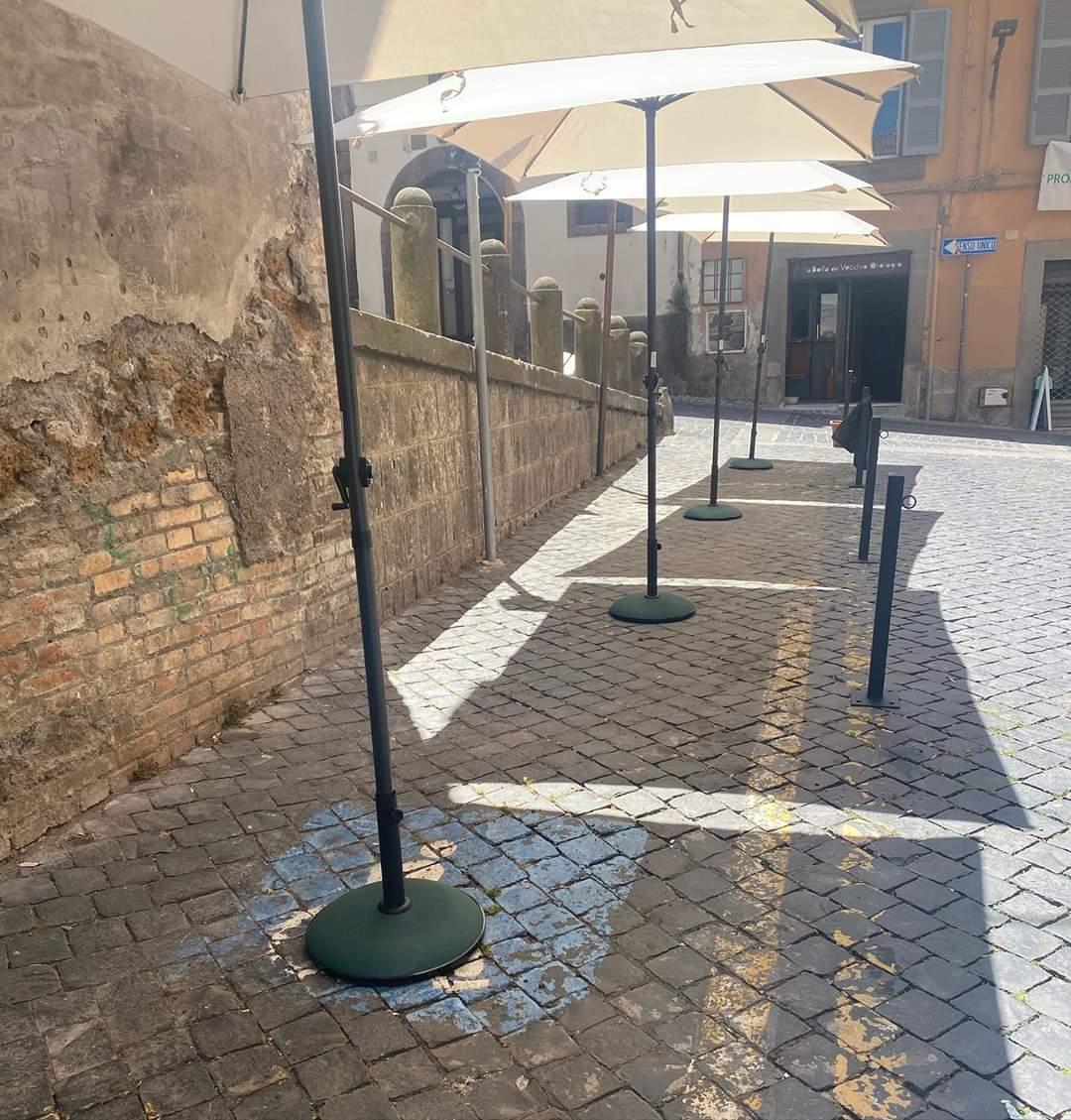 """Viterbo, Via dell'Orologio Vecchio, tavoli all'aperto al posto di parcheggi """"riservati"""", il Comune chiarisca"""