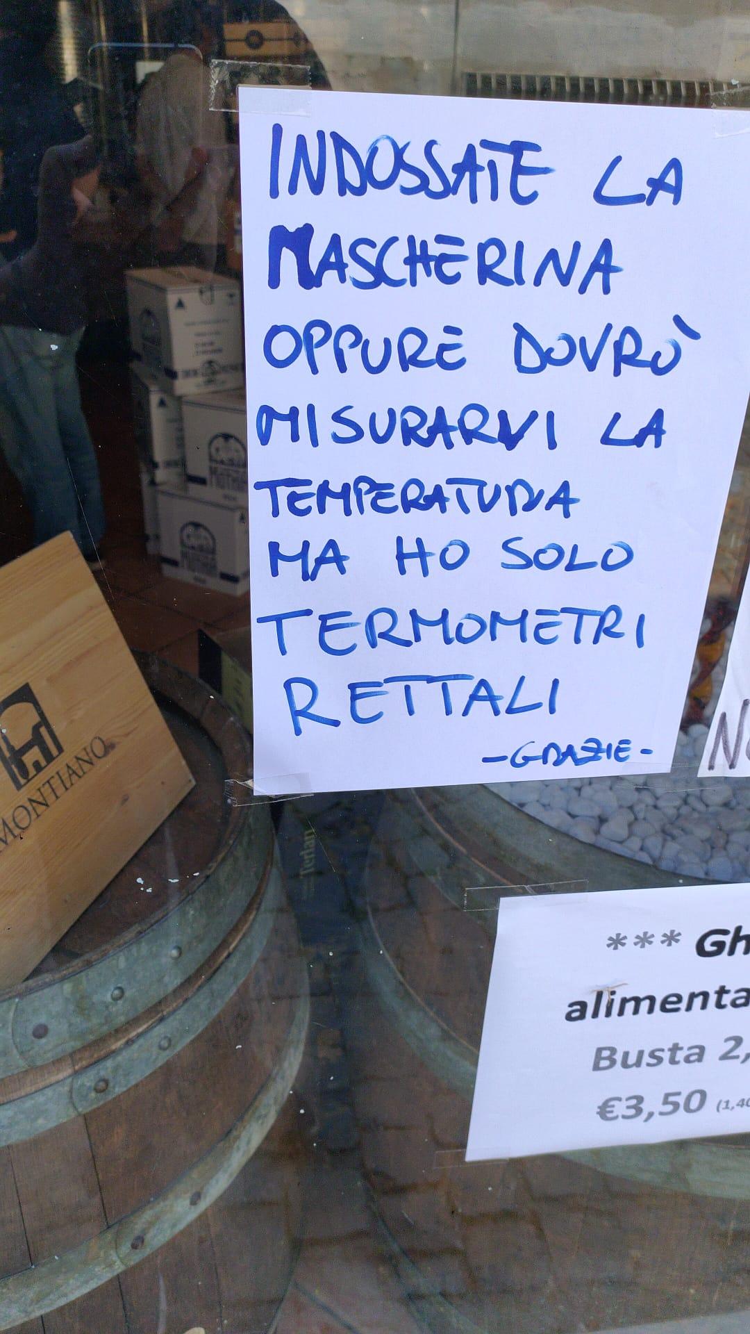 Viterbo, Coronavirus, clienti nel negozio senza mascherina, un commerciante perde la pazienza e scrive fuori… (v.foto)