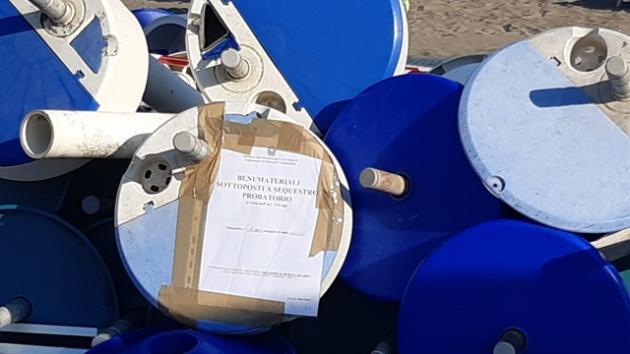 Tarquinia Lido, 1200 metri quadri di spiaggia libera occupati abusivamente, sequestrati 53 ombrelloni e 94 sedie sdraio/lettini