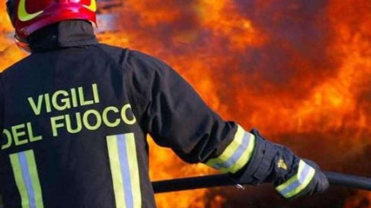 Viterbo, Riello, danno fuoco  a vecchi rifiuti, incendiato casaletto, i vigili del fuoco salvano due stranieri