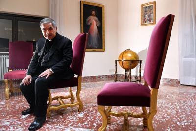 """Il cardinale Becciu, """"licenziato"""" dal Papa, ora licenzia il suo avvocato"""