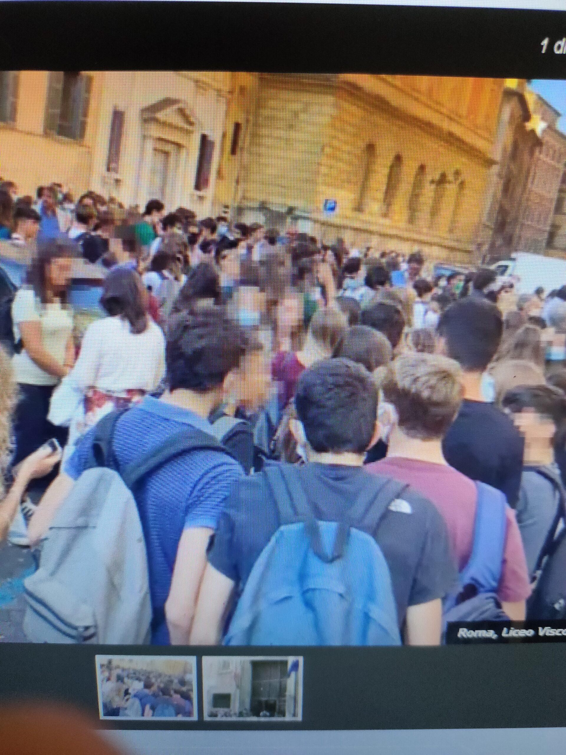 Roma, riaprono le scuole, assembramenti ovunque