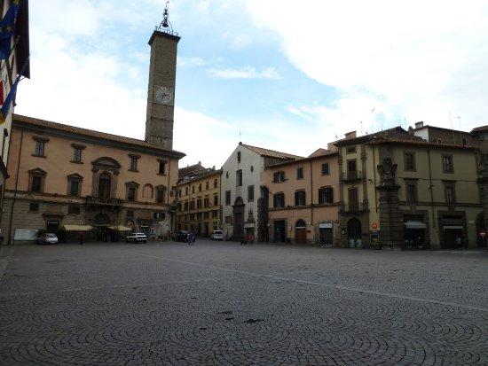 Viterbo, Scuola, scontro tra Arena ed un manifestante a Piazza del Comune, insultato il sindaco avrebbe reagito con una testata, indagini in corso