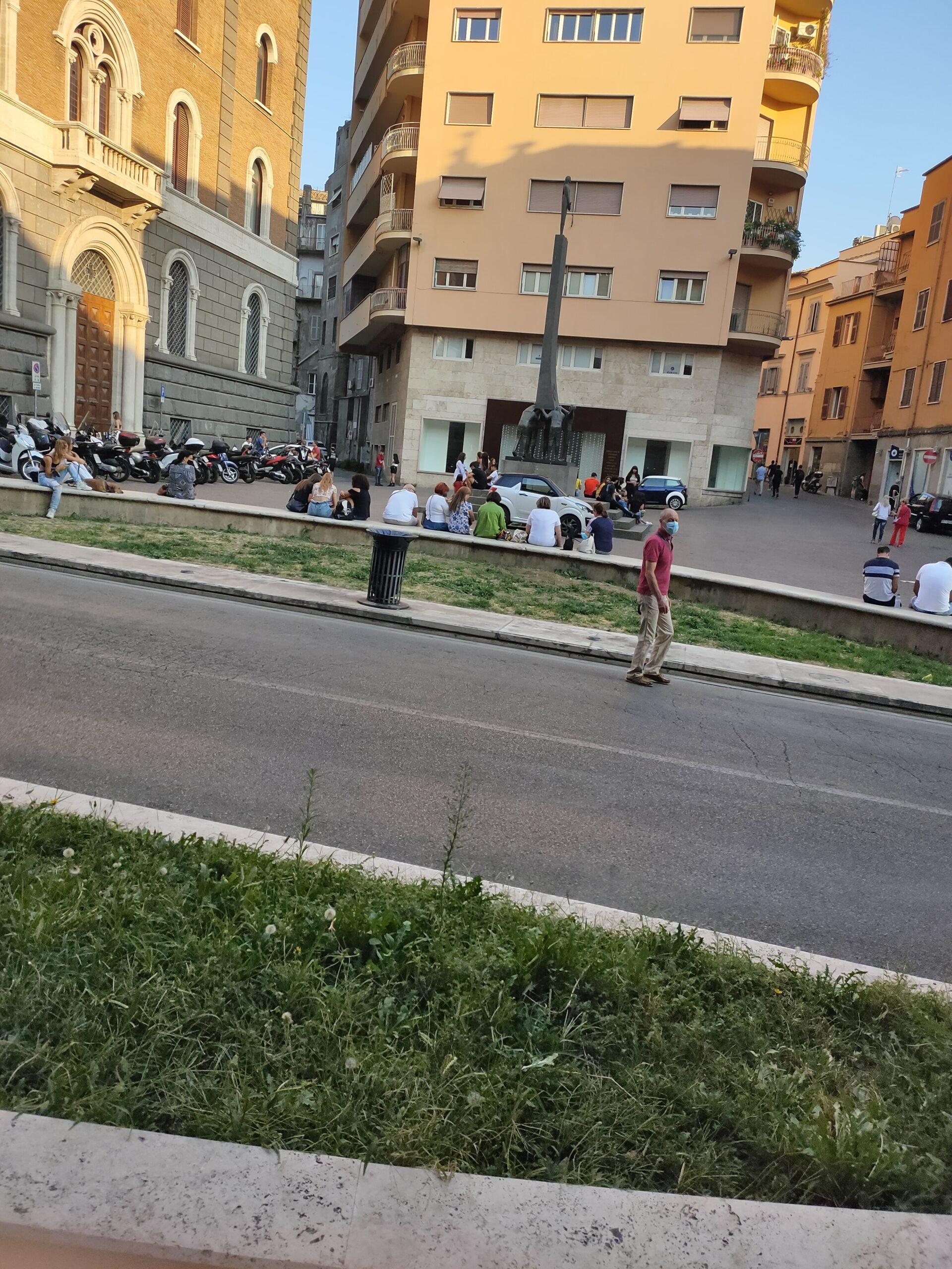 Viterbo, Piazza della Repubblica tra parcheggio selvaggio e allarme droga per i giovani, cronaca di un degrado urbano crescente
