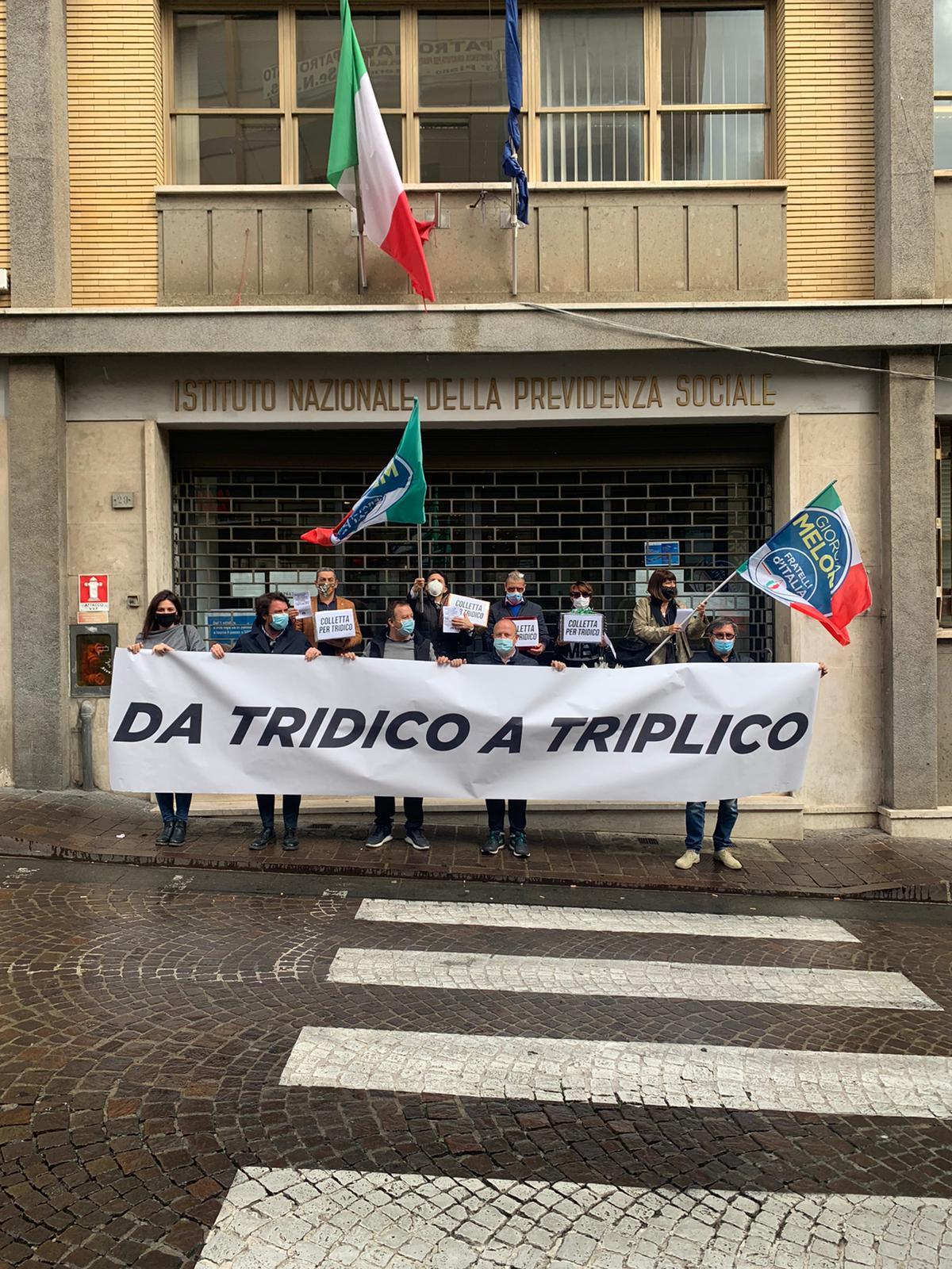 """Viterbo, """"da Tridico a Triplico"""", l'""""attivista"""" De Carolis lascia l'ufficio di assessore e va a manifestare in piazza con Fdi, è pagato per questo?"""