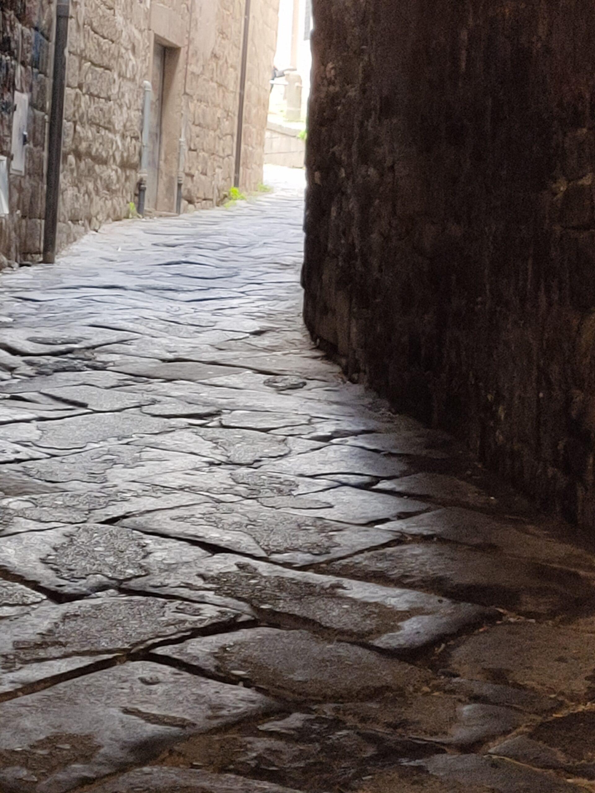 Viterbo, Via degli Scalzi, una cloaca a cielo aperto in pieno centro storico, e nessuno interviene