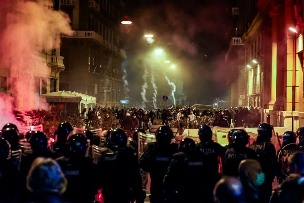 Napoli, guerriglia a Napoli, paura e rabbia tra i napoletani, ma la protesta in piazza è già un giallo, indagini della Procura in corso