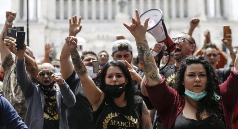 """Covid 19, negazionisti a testa bassa, la """"marcia della liberazione"""" a Roma"""