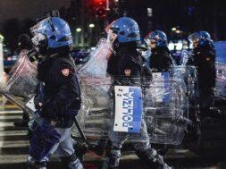 La pandemia/A Napoli nuovi scontri tra manifestanti e forze dell'ordine