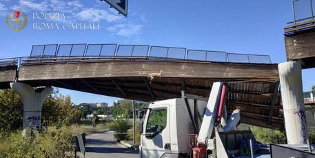 ++ Crolla ponte ciclabile a Roma, nessun ferito ++