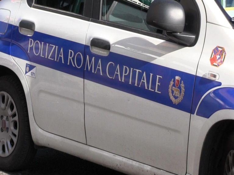 Roma, serranda abbassata in strada, ma aperta sul retro: così un negozio aggirava  Dpcm