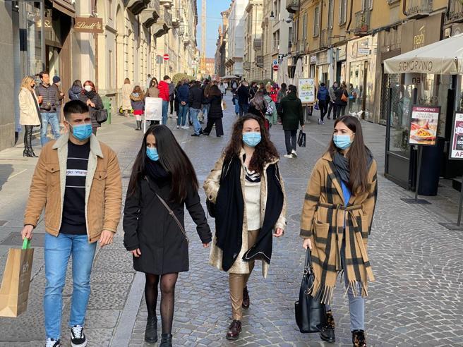 Covid, il Piemonte diventa arancione e le strade di Torino si affollano (troppo)