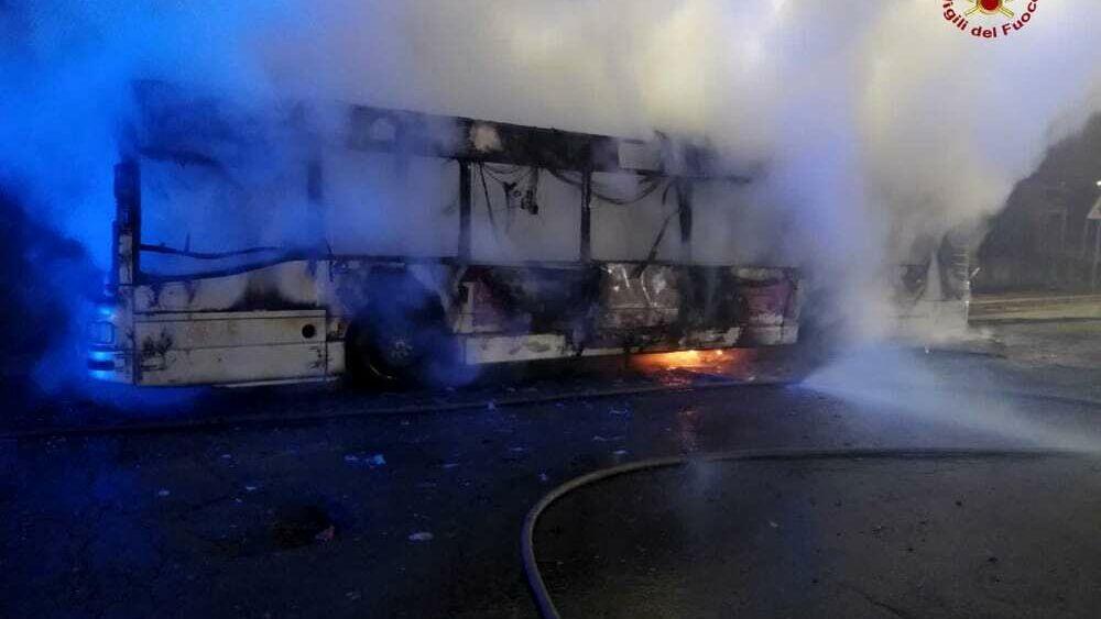 Roma, incendio sulla Casilina: bus Atac distrutto dalle fiamme