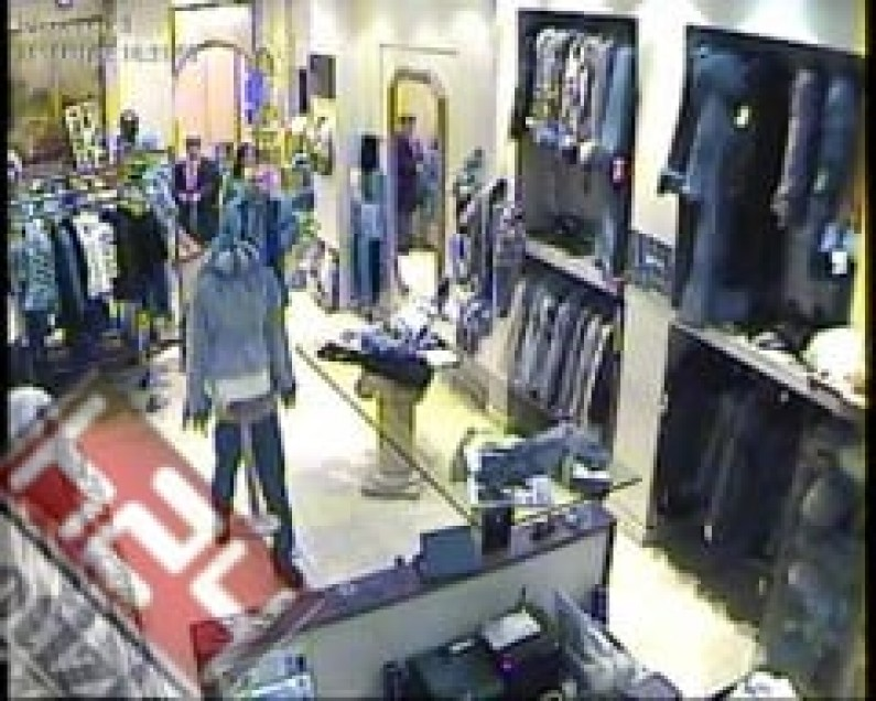 Roma, Tiburtina, cerca di rubare dei pantaloni in un negozio: 21enne sorpresa e arrestata