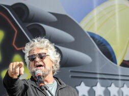 M5S: Grillo già alla festa, canta sul palco