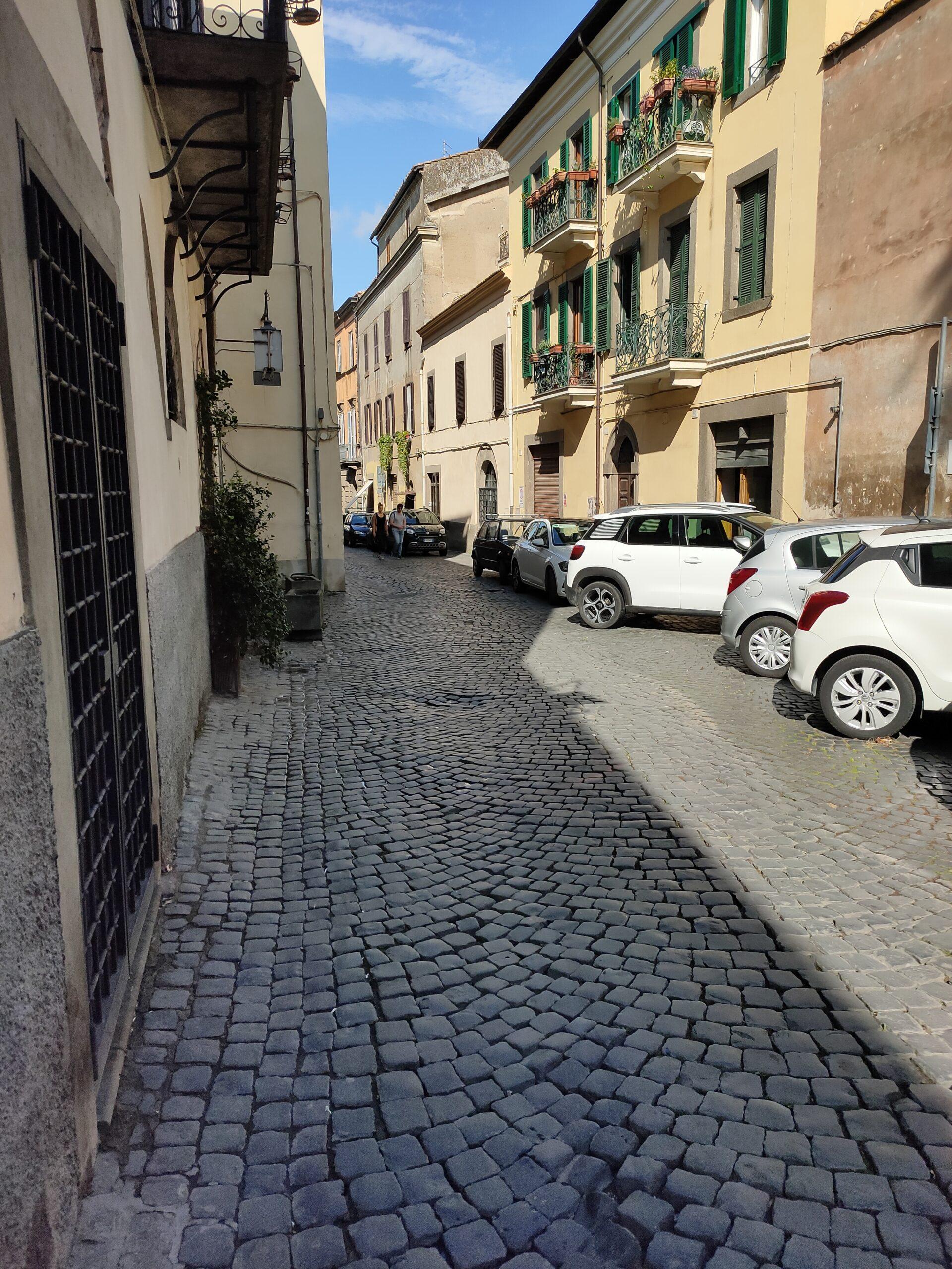 Viterbo, uomo vaga per via Cardinale la Fontaine perdendo sangue, poi insulta i vigili, paura in strada