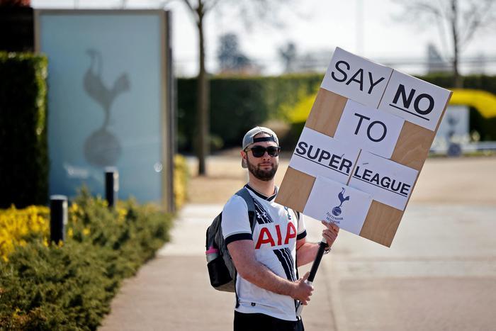 Calcio e business, bufera sulla SuperLega, contrari tifosi e governi