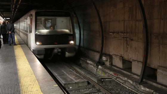 Due operai Atac travolti dalla Metro, paura all'Eur