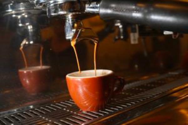 Viterbo, Covid, 5 casi in Tuscia, ma a Viterbo ormai tutti consumano il caffè dentro al bar, il west è lì
