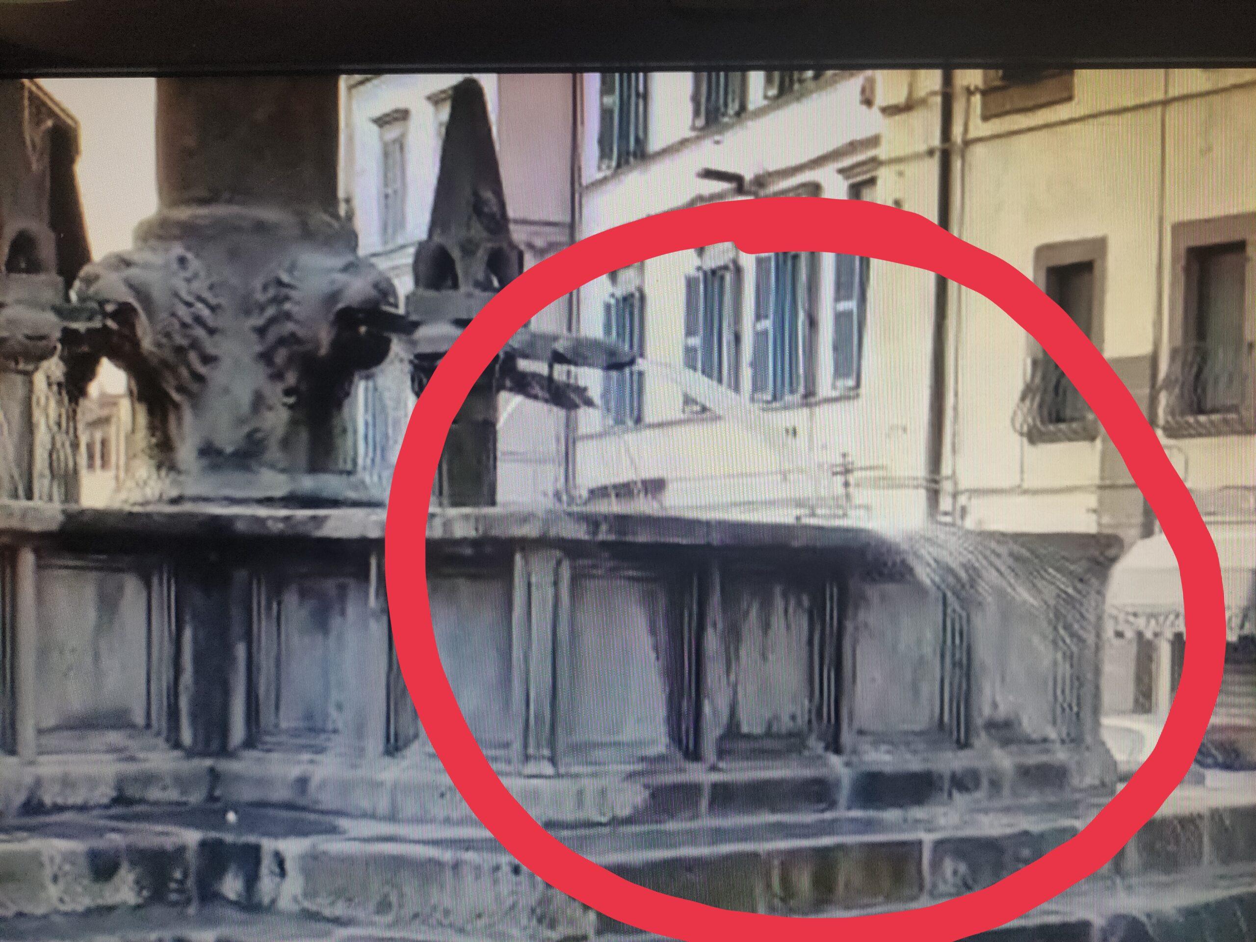 Viterbo, turismo, ecco la fontana-idrante, degradata ed esuberante,  la vecchia città mortificata dai cervelli che fanno acqua