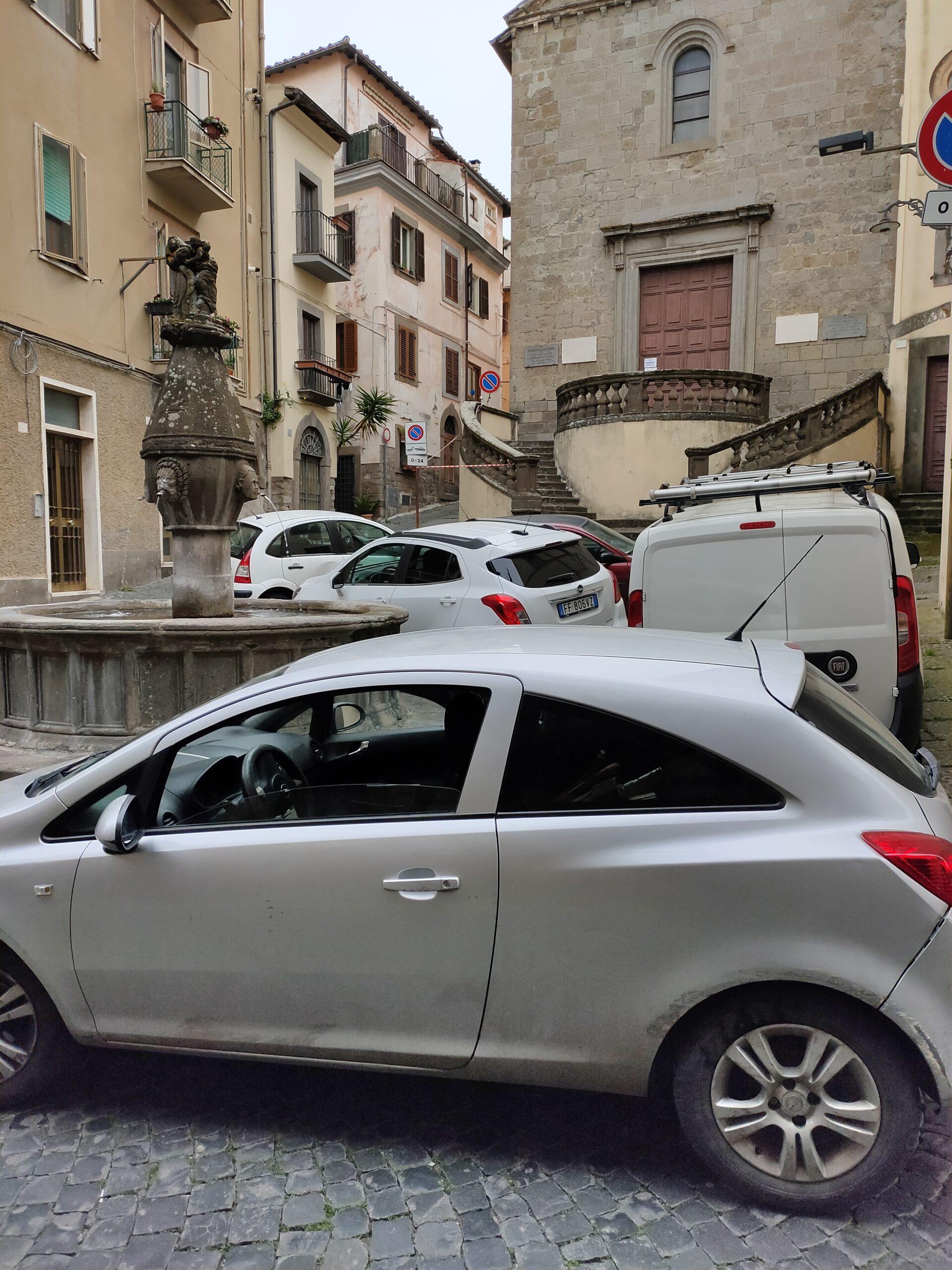 """Viterbo, calano i barbari a piazza della Crocetta, occupazione selvaggia e disumana del """"bello"""""""