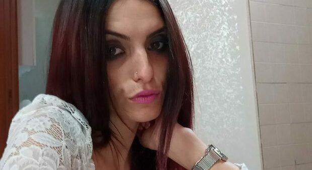 Trovata morta in casa giovane donna in provincia di Napoli, figlia e genitori vivono a Viterbo
