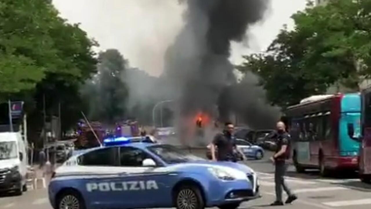 Roma, incendio in via Portuense, autobus Atac in fiamme