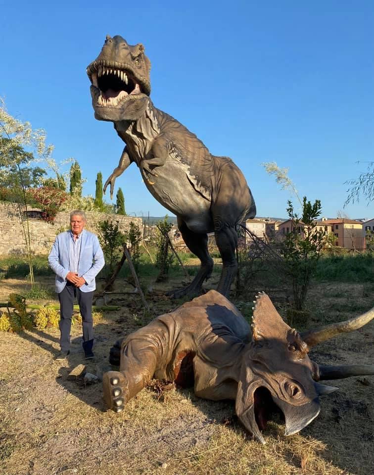 Viterbo, il dinosauro Arena continua a cercare rifugio nei soliti selfie, sbeffeggiando la parte sana di una città  che ha bisogno di ritrovare dignità