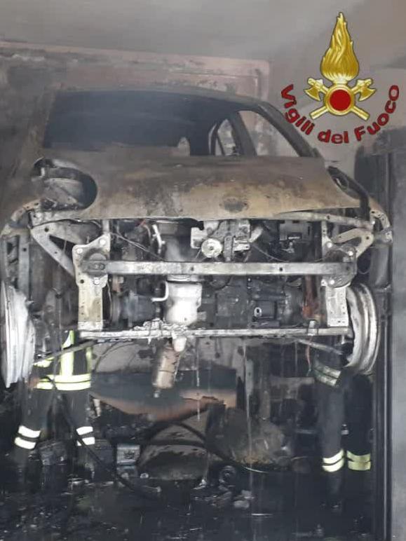 Paura a Roma, grosso incendio in un'officina: 2 feriti e strada chiusa