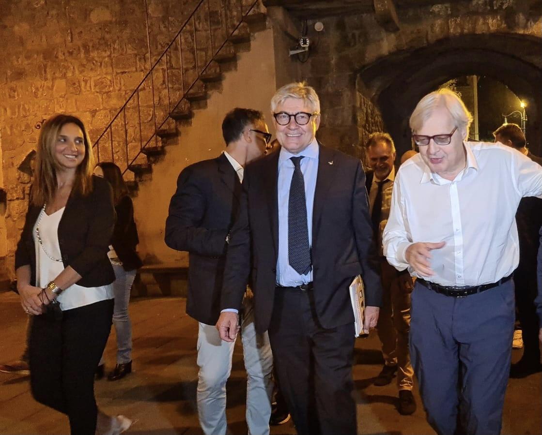 """Vitorchiano, Sgarbi """"sfotte"""" i politici viterbesi in processione da lui, alla """"festa-harakiri"""" di """"Felicetto"""" Fusco"""