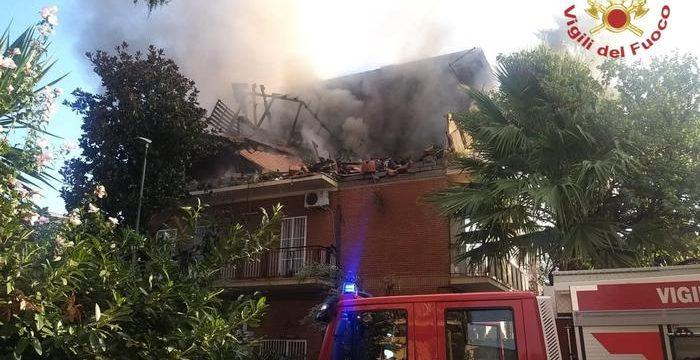Esplosione e fiamme in palazzina a Roma, 2 feriti