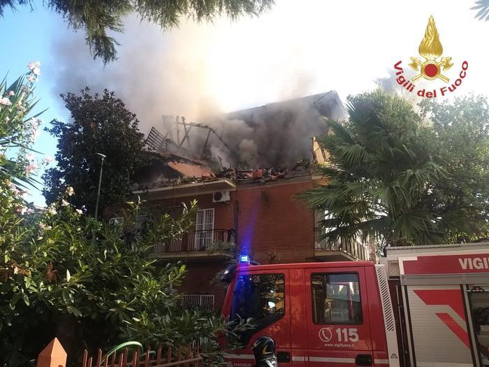 Esplosione e fiamme in palazzina a Roma, tre feriti