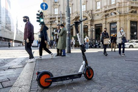 Monopattini: da oggi a Milano scatta servizio rimozione