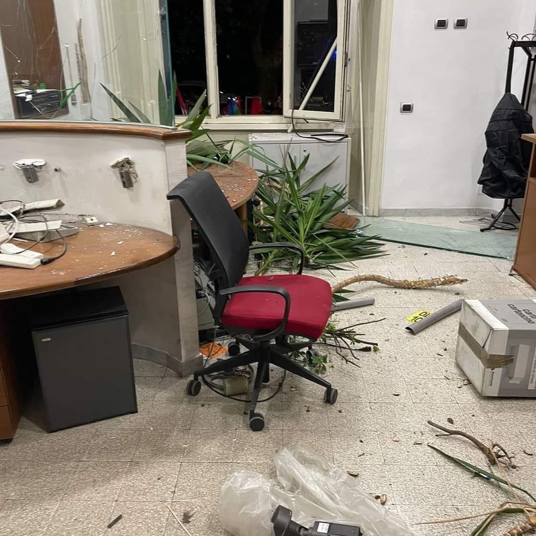 Vetri e arredi rotti, le immagini della sede Cgil devastata dall'assalto di ieri