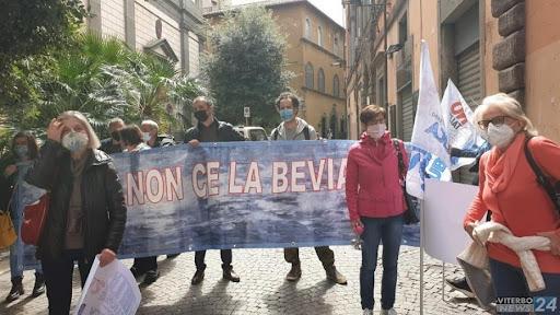 Viterbo, contro la privatizzazione dei beni comuni, il Comitato non ce la beviamo partecipa allo sciopero dell'11