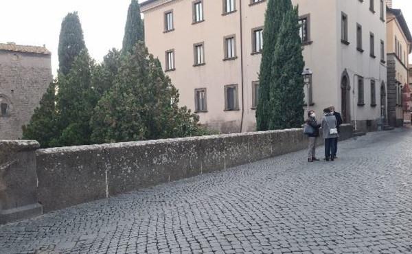 Viterbo, donna cade nel vuoto dal ponte dell'ex ospedale, un volo di 10 metri, è in condizioni serie e stabili